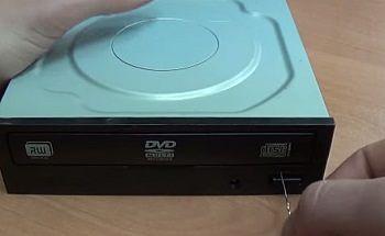 Извлечение лотка неподключенного к питанию дисковода