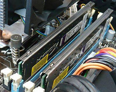 Планки памяти в своих слотах внутри системного блока-11